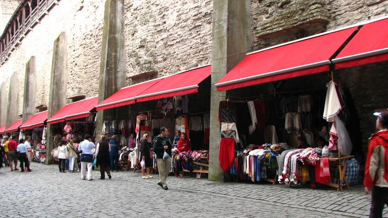 Tallinn - Vente de confections en laine au pied des remparts