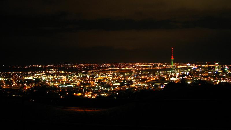 Vue sur Auckland de nuit de l'une des nombreuses collines qui sont toutes d'ancien volcans maintenant eteints