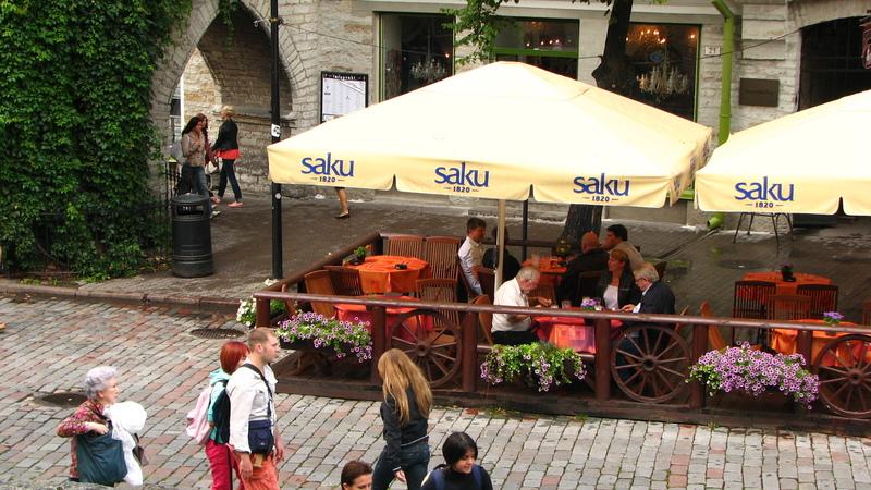 Terrasse dans les rues tranquilles de la capitale Tallinn